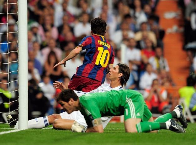 Lionel Messi strzela pierwszego gola dla Barcelony w meczu z Realem Madryt /AFP