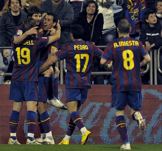Lionel Messi w objęciach kolegów z Barcelony. /AFP