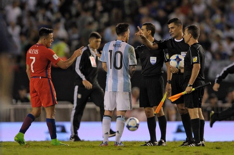 Lionel Messi w rozmowie z sędziami po meczu Argentyna - Chile /AFP