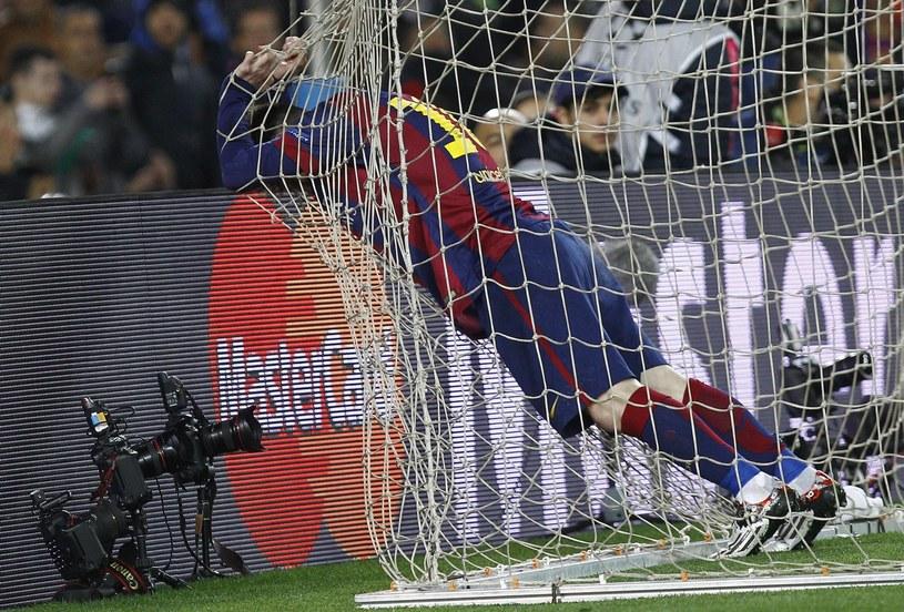 Lionel Messi w siatce, piłka nie /AFP