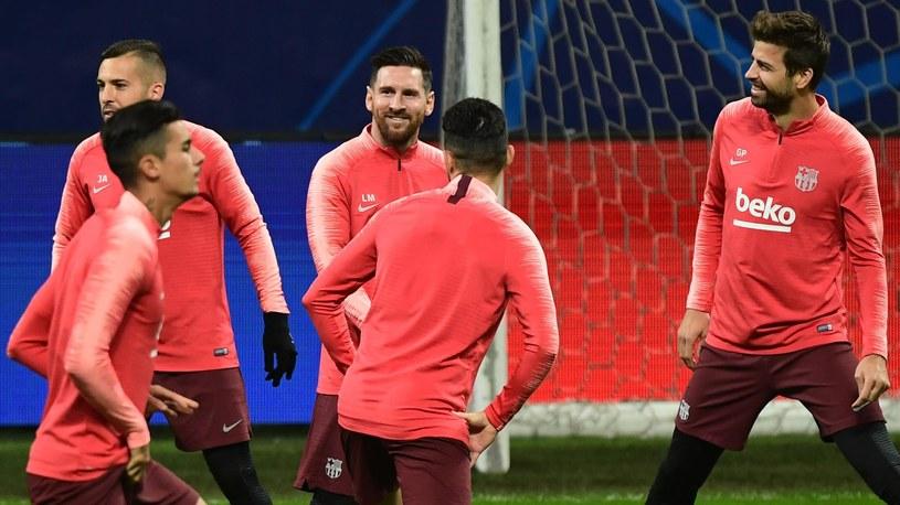 Lionel Messi (w środku) podczas treningu w Mediolanie /Getty Images