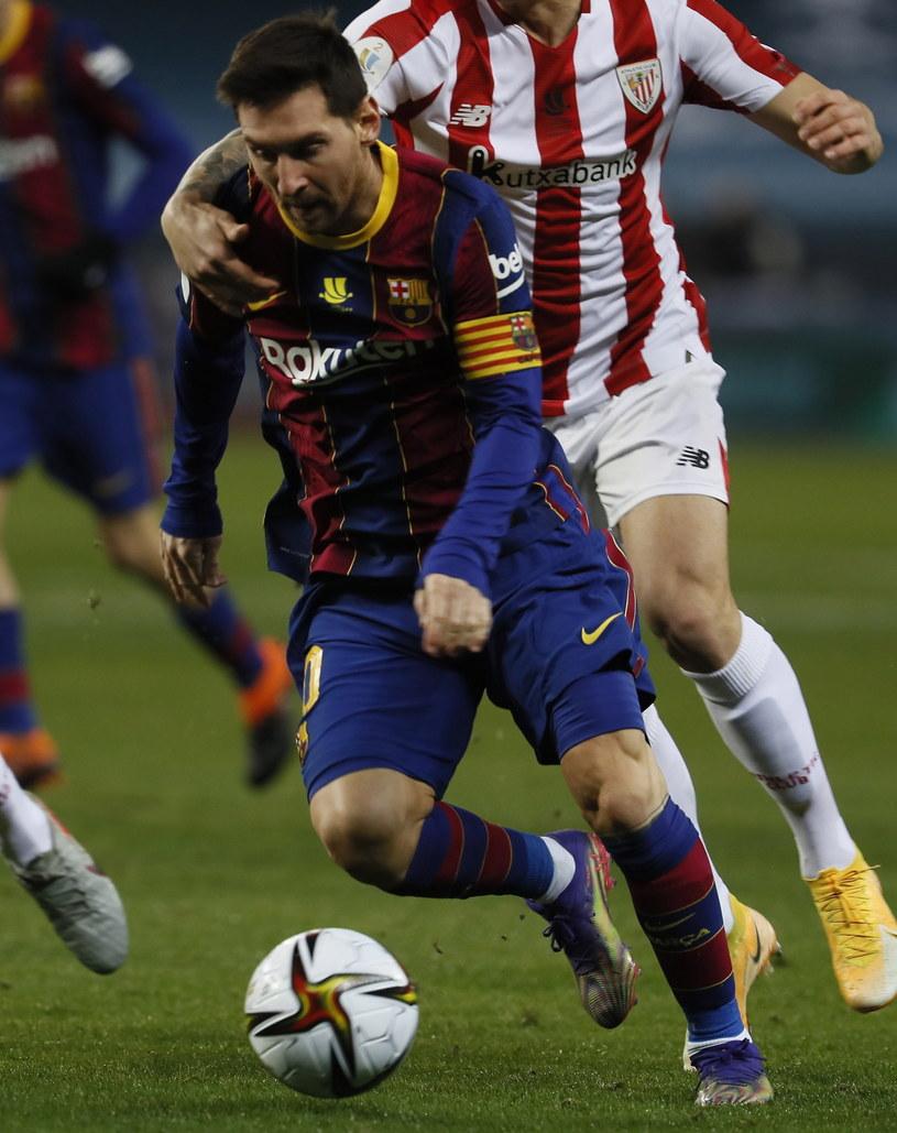 Lionel Messi w starciu z baskijskimi defensorami okazał się bezradny /PAP