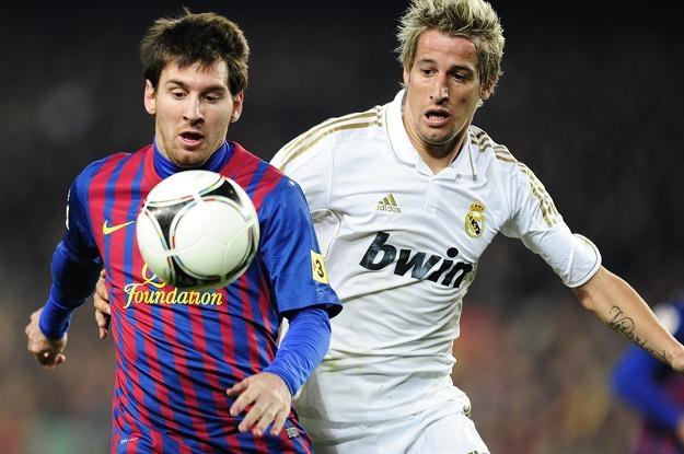 Lionel Messi w starciu z Fabio Coentrao /AFP