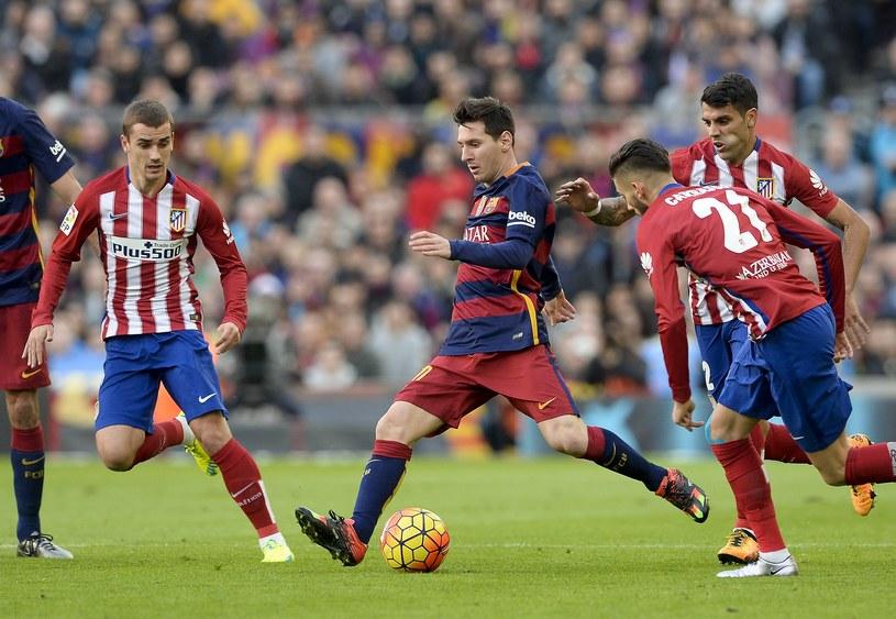 Lionel Messi w starciu z piłkarzami Atletico Madryt /AFP