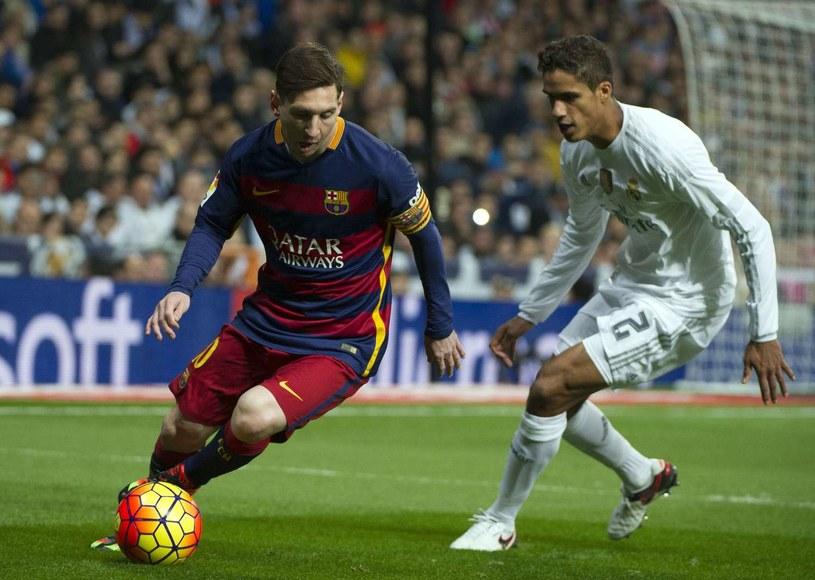 Lionel Messi w starciu z Raphaelem Varane'm z Realu Madryt /AFP