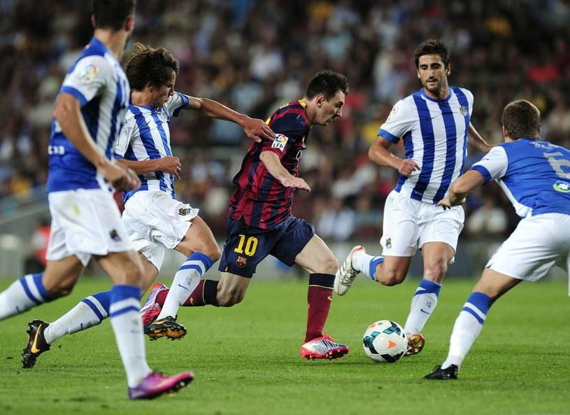 Lionel Messi w swoim żywiole, czyli sam tańczy wśród rywali /AFP