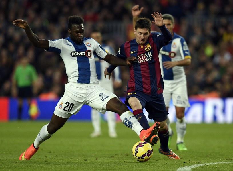 Lionel Messi walczy o piłkę z Felipe Caicedo /AFP