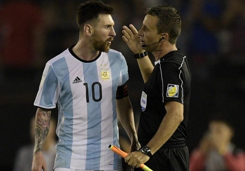 Lionel Messi z jednym z sędziów z meczu Argentyna - Chile /AFP
