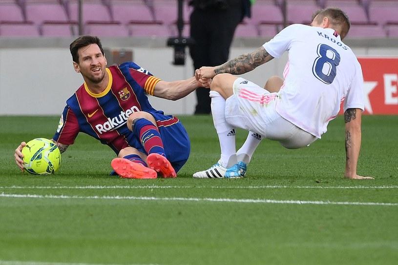 Lionel Messi (z lewej) i Toni Kroos /LLUIS GENE /AFP