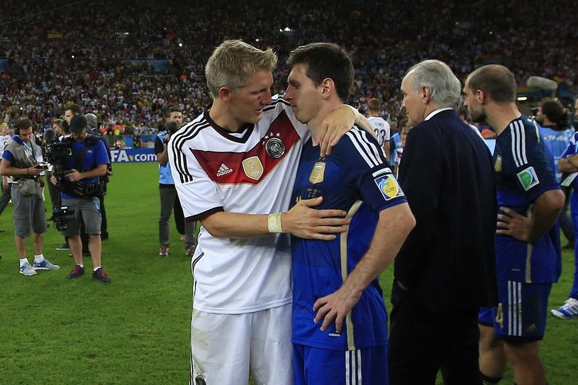 Lionel Messi (z prawej) pocieszany przez Bastiana Schweinsteigera /AFP