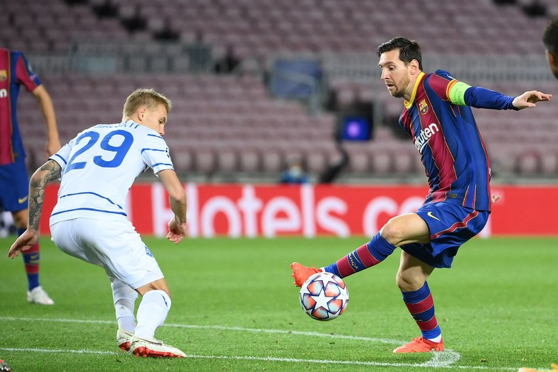Lionel Messi (z prawej) w meczu z Dynamem Kijów /AFP