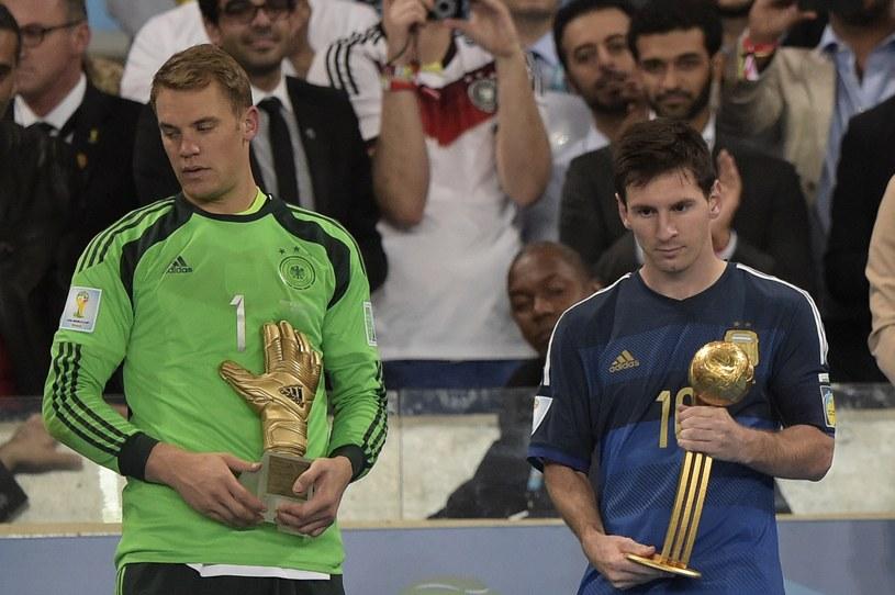 Lionel Messi (z prawej) z nagrodą dla najlepszego piłkarza, obok Manuel Neuer, który został uznany najlepszym bramkarzem /AFP