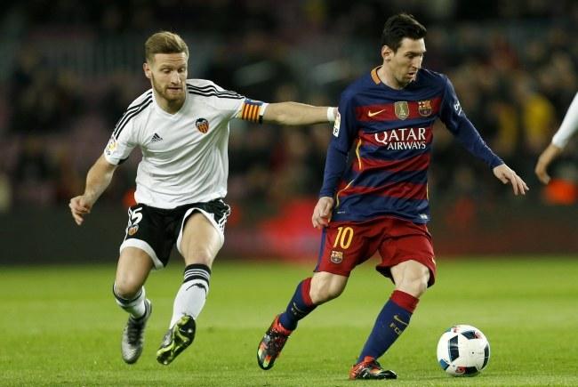 Lionel Messi (z prawej) /PAP/EPA