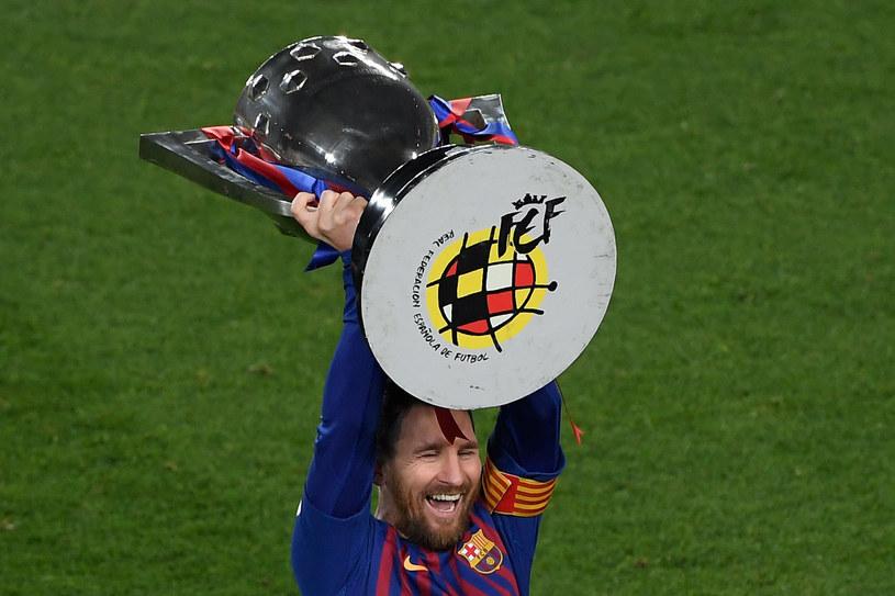 Lionel Messi z trofeum za wygranie ligi /AFP
