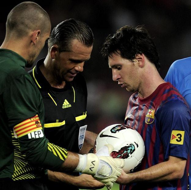 Lionel Messi zabiera na pamiątkę piłkę, którą strzelił hat-tricka Osasunie /AFP