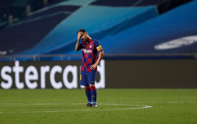 Lionel Messi załamany po klęsce z Bayernem /AFP