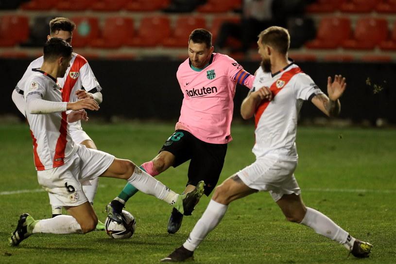 Lionel Messi znów był osaczony przez rywali, ale drogę do siatki tym razem znalazł /PAP
