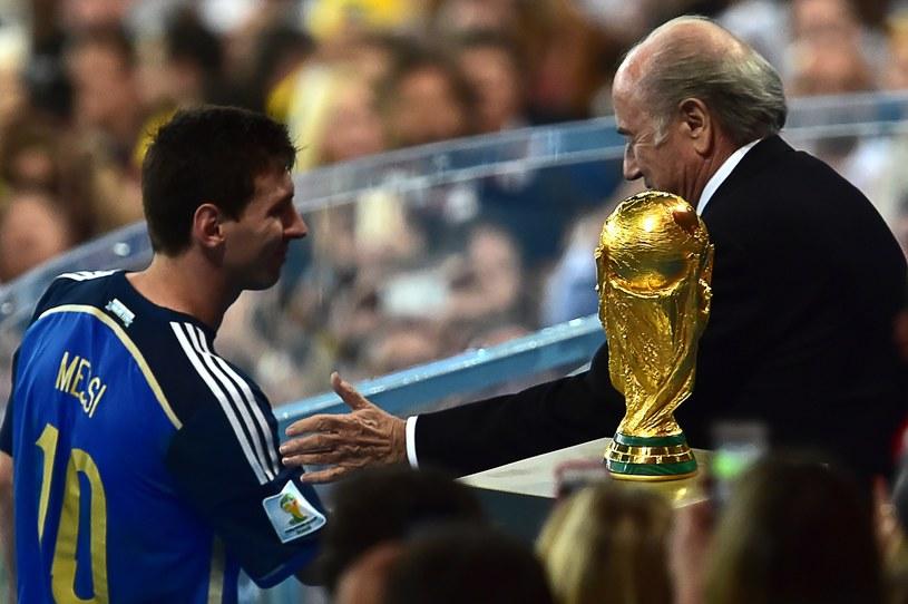 Lionel Messi został nagrodzony Złotą Piłką. Odbiera gratulacje od prezesa FIFA Seppa Blattera /AFP