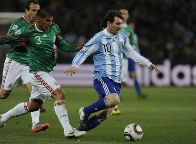 Lionel Messi zostawia w tyle Meksykanów /AFP