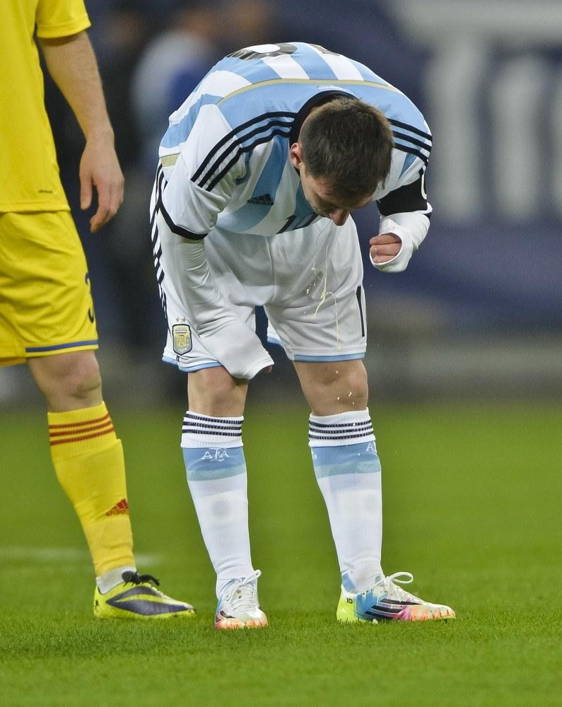 Lionel Messi zwymiotował na murawę /AP/FOTOLINK /East News