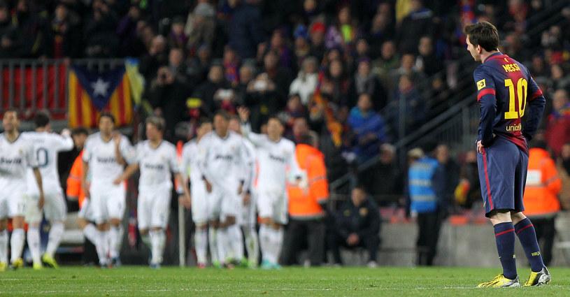 Lionle Messi, a w tle cieszący się piłkarze Realu /AFP