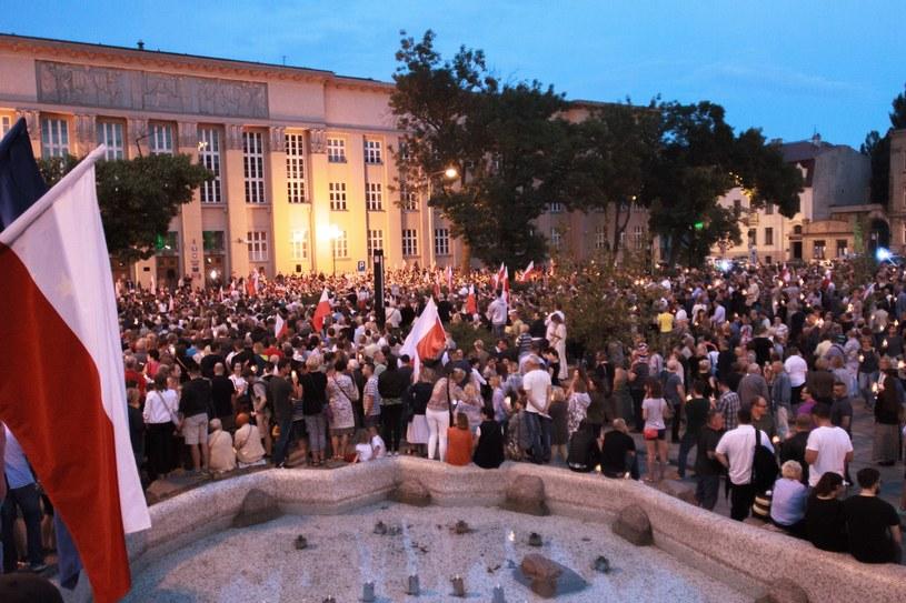 Lipcowy protest przed Sądem Okręgowym w Łodzi /Marcin Jurkiewicz /East News