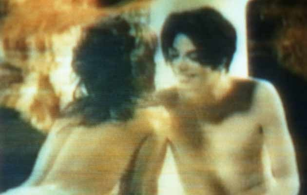 "Lisa Marie Presley i Michael Jackson w teledysku do ""You are not alone"" z 1995 roku  /Getty Images/Flash Press Media"
