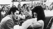 """Lisa Marie Presley we łzach. Nowa płyta Elvisa Presleya i teledysk """"Where No One Stands Alone"""""""
