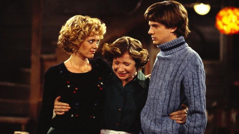 """Lisa Robin Kelly (po lewej) w serialu """"Różowe lata 70."""" /materiały prasowe"""