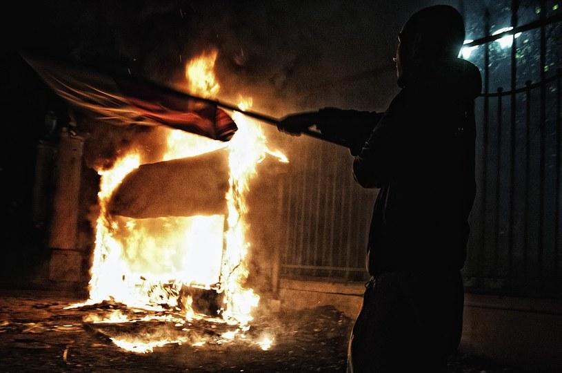 Listopad 2013, płonie budka przed ambasadą Rosji /Adam Guz /East News