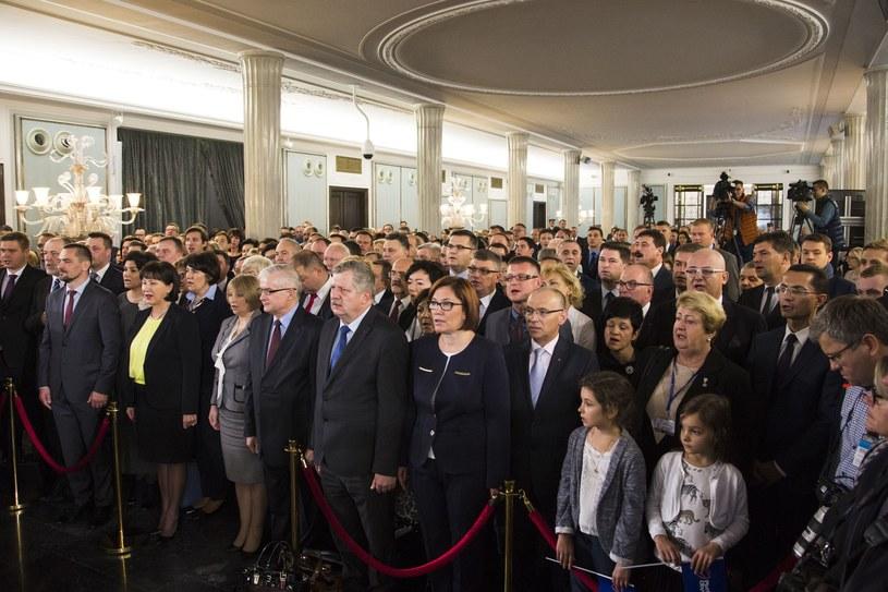 Listopad 2015. Państwowa Komisja Wyborcza wręcza zaświadczenia nowym posłom na Sejm /Andrzej Hulimka  /East News