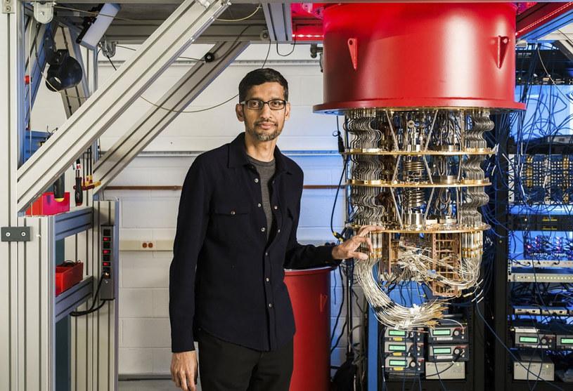 Listopad 2019: Pracownik firmy Google obok jednego z superkomputerów /East News