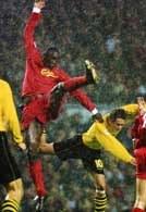 Liverpool - Borussia 2:0. W akrobatycznym wyskoku Emile Heskey i Christoph Metzelder.