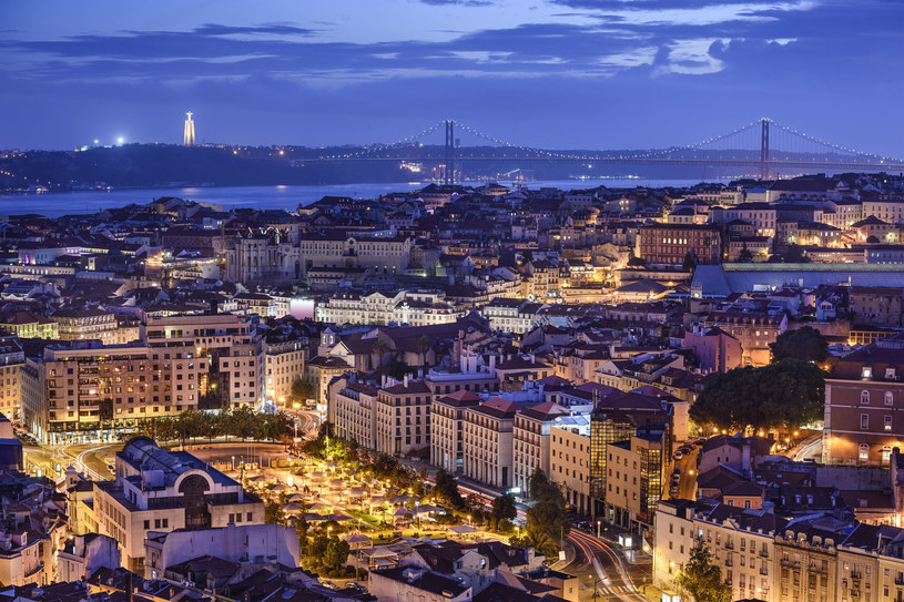 Lizbona nocą, widok z punktu widokowego Nossa Senhora do Monte /123RF/PICSEL