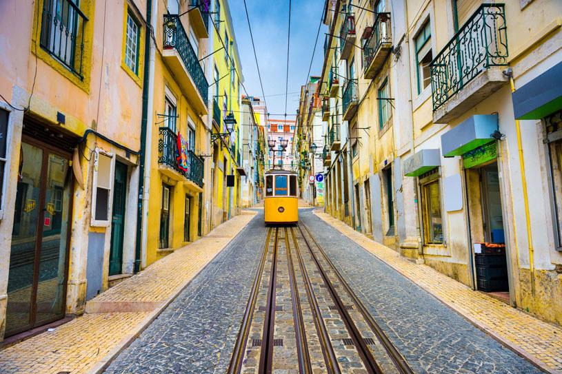 Lizbona, stolica Portugalii, zachwyca kolorami i wąskimi uliczkami /123RF/PICSEL