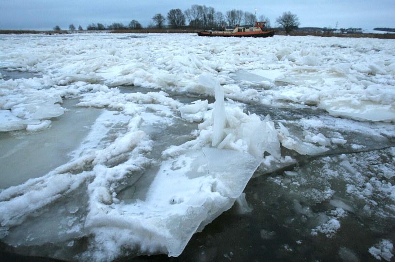 Lodołamacz kruszy lód na Odrze /Robert Stachnik /Reporter