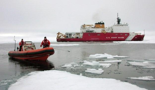 """Lodołamacz USCG """"Healy"""" bierze udział w sprawdzeniu arktycznego systemu łączności MUOS. Fot. US Navy /materiały prasowe"""