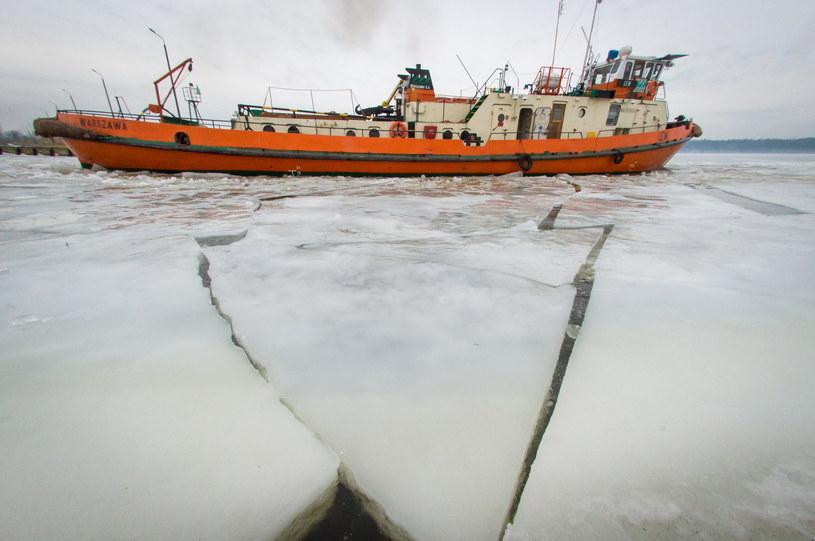 Lodołamacze kruszą lód na Zbiorniku Włocławskim na Wiśle /Tytus Żmijewski /PAP