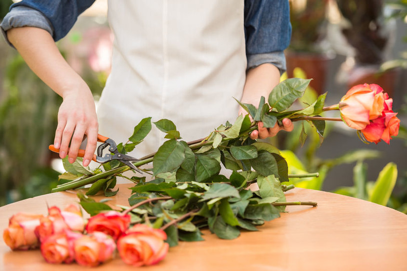 Łodygi roślin warto podciąć - łatwiej będą czerpać wodę