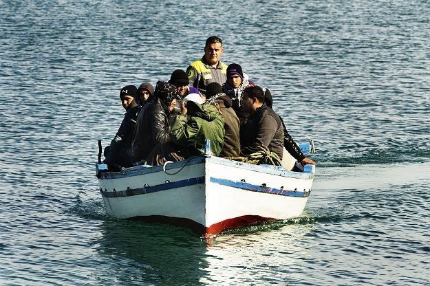 Łódź pełna imigrantów zbliża się do Lampeduzy /AFP