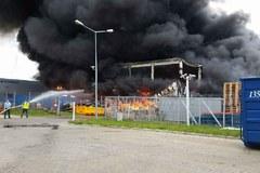 Łódź: Płonie fabryka przy Dąbrowskiego