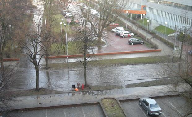 Łódź: Wiosenny deszcz, zalana ulica