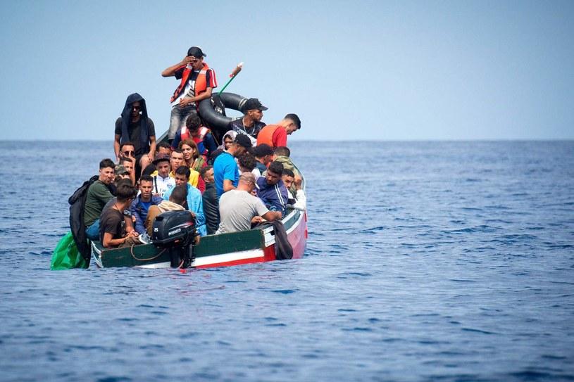 Łódź z migrantami w pobliżu Gibraltaru tuż przed rozpoczęciem przez hiszpańską Guardia Civil akcji ratunkowej /AFP