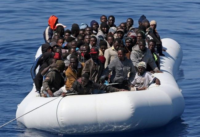 Łódź z nielegalnymi imigrantami (zdjęcie ilustracyjne) /PAP/EPA/ALESSANDRO DI MEO /PAP/EPA