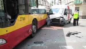 Łódź: Zderzenie dostawczego busa z miejskim autobusem