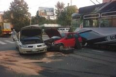 Łódź: Zderzenie dwóch samochodów z tramwajem