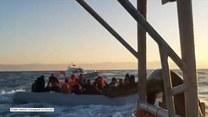 Łodzie pełne ludzi przybijają do brzegów Grecji. Funkcjonariusz straży przybrzeżnej wzywa, by zawracali