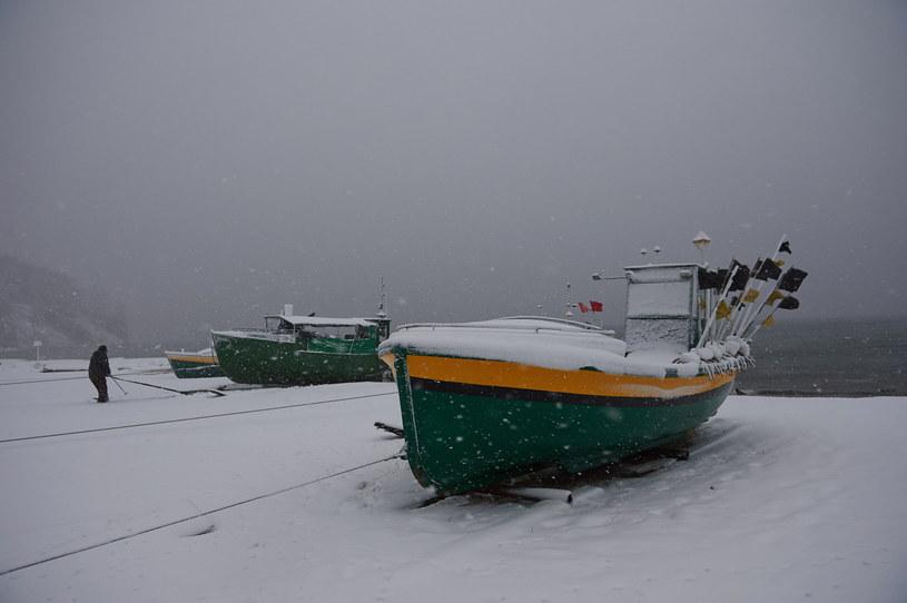 Łodzie rybackie przy przystani w Gdyni Orłowie podczas burzy śnieżnej na Wybrzeżu /Adam Warżawa /PAP