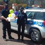 Łódzkie: Policjanci zrobili niespodziankę 6-latce. Dostarczyli tort urodzinowy
