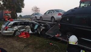 Łódzkie: Zderzenie osobówki, lawety i motocykla. Trzy osoby nie żyją